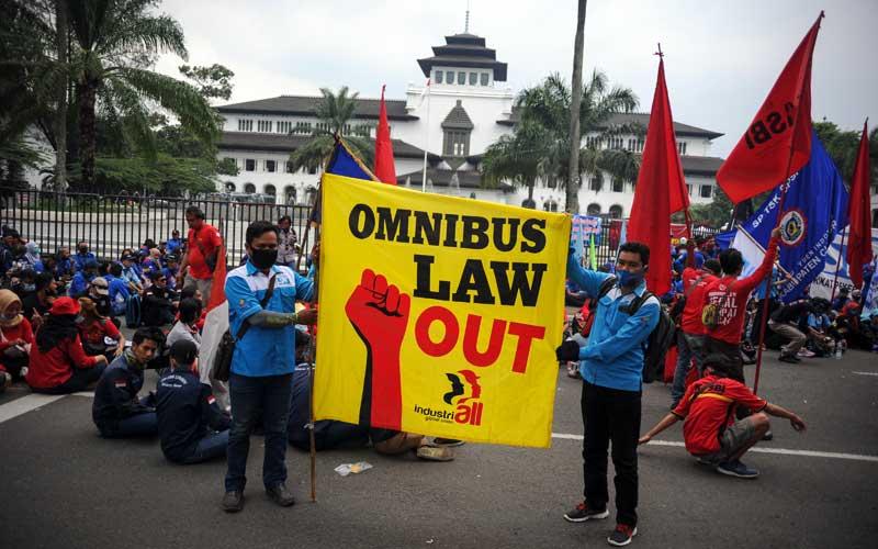 Buruh dari berbagai organisasi melakukan aksi di depan Gedung Sate, Bandung, Jawa Barat, Selasa (27/10/2020). Dalam aksinya, buruh menuntut agar Presiden Joko Widodo tidak menandatangani RUU Cipta Kerja serta mendesak Presiden untuk mengeluarkan Perppu. ANTARA FOTO/Raisan Al Farisi