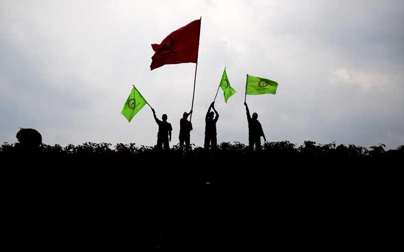 Siluet sejumlah buruh dari berbagai organisasi yang melakukan aksi di depan Gedung Sate, Bandung, Jawa Barat, Selasa (27/10/2020). Dalam aksinya, buruh menuntut agar Presiden Joko Widodo tidak menandatangani RUU Cipta Kerja serta mendesak Presiden untuk mengeluarkan Perppu. ANTARA FOTO/Raisan Al Farisi
