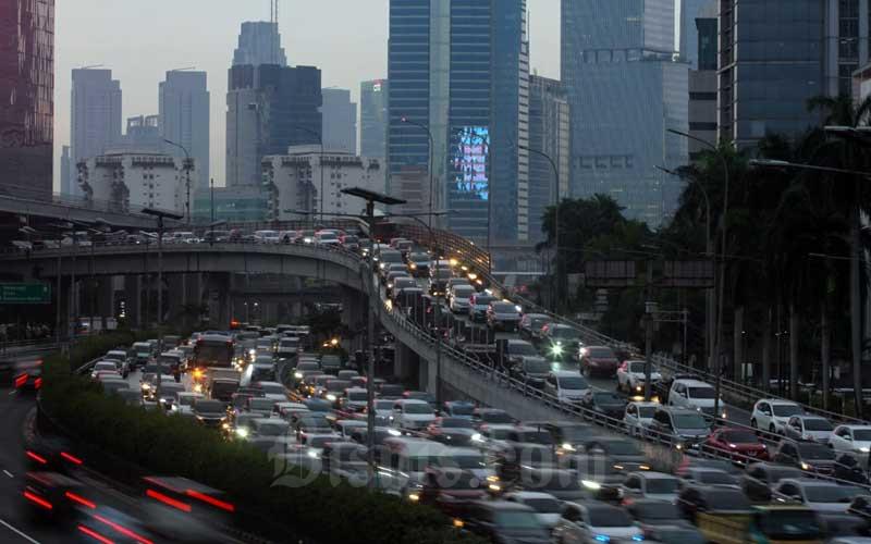 Kendaraan memadati ruas Tol Dalam Kota sehari sebelum libur panjang di Jakarta, Selasa (27/10/2020). Pemerintah melalui Surat Keputusan Bersama (SKB) tiga menteri yakni Menteri Agama, Menteri Ketenagakerjaan, dan Menteri PAN-RB sepakat menetapkan Libur Nasional dan Cuti Bersama tahun 2020, yang jatuh pada 28 hingga 30 Oktober 2020. Untuk itu masyarakat diimbau untuk bijak dalam mengisi libur panjang ini mengingat angka penularan Covid-19 masih tinggi. Bisnis/Arief Hermawan P