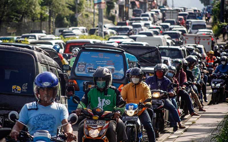 Sejumlah kendaraan memadati ruas jalan jalur Puncak, Gadog, Kabupaten Bogor, Jawa Barat,  Rabu (28/10/2020). Pada cuti bersama serta libur panjang Maulid Nabi Muhammad SAW, jalur wisata Puncak Bogor mulai dipadati kendaraan wisatawan, Sat Lantas Polres Bogor memberlakukan rekayasa lalu lintas sistem satu jalur atau one way untuk mengurai kepadatan kendaraan. ANTARA FOTO/Yulius Satria Wijaya
