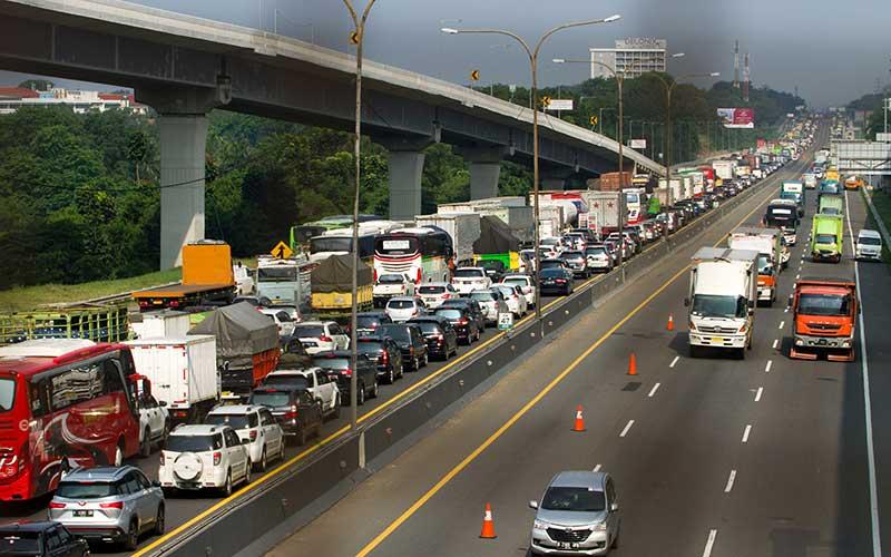 Sejumlah kendaraan melaju di jalan tol Jakarta - Cikampek (Japek) KM 47, Karawang, Jawa Barat, Rabu (28/10/2020). PT Jasa Marga mencatat peningkatan lalu lintas tol Jakarta-Cikampek hingga 51,6 persen dibandingkan arus lalulintas normal atau mencapai 73.201 kendaraan meninggalkan Jakarta. ANTARA FOTO/M Ibnu Chazar