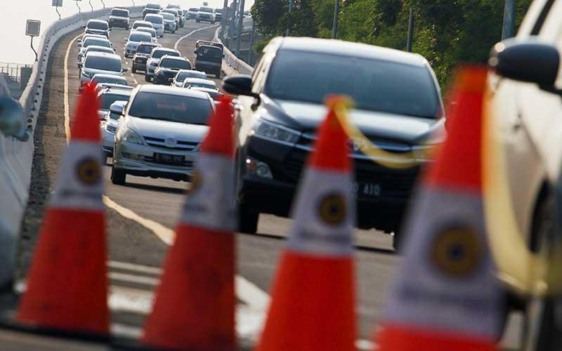 Sejumlah kendaraan melaju di jalan tol layang Jakarta - Cikampek (Japek) KM 47, Karawang, Jawa Barat, Rabu (28/10/2020). PT Jasa Marga mencatat peningkatan lalu lintas tol Jakarta-Cikampek hingga 51,6 persen dibandingkan arus lalulintas normal atau mencapai 73.201 kendaraan meninggalkan Jakarta. ANTARA FOTO/M Ibnu Chazar