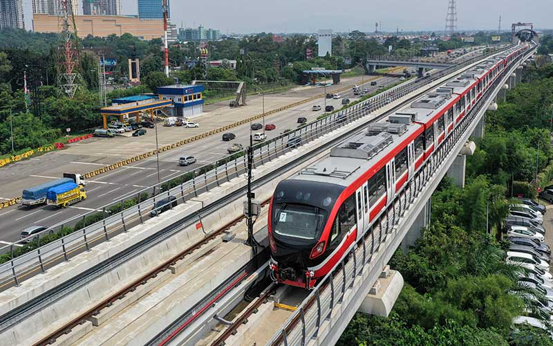 "Kereta api ringan (LRT) berada di lintasan LRT Jabodebek Cawang-Cibubur di Cibubur, Jakarta, Kamis (29/10/2020). Pihak operator konstruksi LRT Jabodebek Cawang-Cibubur telah memulai tahapan uji coba ""Grade of Automation 0"" atau masih menggunakan masinis dan ditargetkan akan beroperasi pada 2021. ANTARA FOTO/Hafidz Mubarak A"