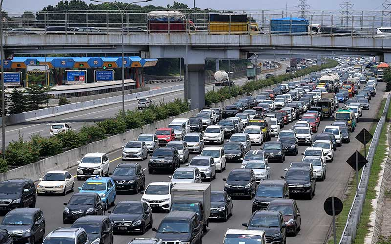 Kendaraan memadati ruas Tol Jagorawi KM 6 di Jakarta, Kamis (29/10/2020). PT Jasa Marga (Persero) Tbk. mencatat sebanyak 336.929 kendaraan telah meninggalkan wilayah DKI Jakarta selama dua hari pada 27-28 Oktober 2020 dalam periode libur panjang Maulid Nabi dan cuti bersama atau meningkat 40,5 persen dibanding biasanya. ANTARA FOTO/Hafidz Mubarak A
