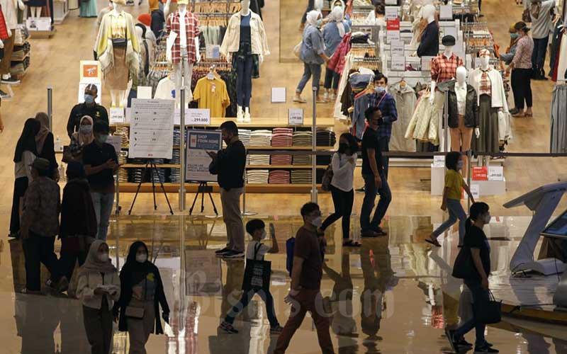 Aktivitas pengunjung di pusat perbelanjaan Lippo Mall Kemang, Jakarta, Sabtu (31/10/2020). Ketua Umum Asosiasi Pengelola Pusat Belanja Indonesia (APPBI) Alphonzus Widjaja menyebutkan cuti bersama dan libur panjang berkontribusi meningkatkan kunjungan ke pusat perbelanjaan pada Oktober 2020. Kenaikan pengunjung diperkirakan mencapai 30% dibandingkan dengan Agustus 2020, dimana jumlah pengunjung hanya di kisaran 10% dari kondisi normal. Bisnis/Arief Hermawan P