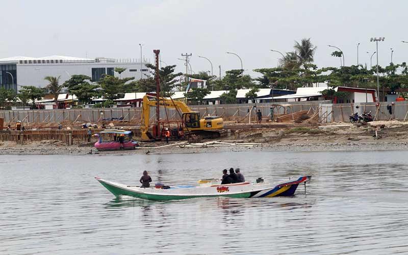 Alat berat beroperasi dikawasan Center Poin of Indonesia (CPI) di Makassar, Sulawesi Selatan, Kamis (19/11/2020). Himpunan Industri Alat Berat Indonesia (Hinabi) mendata permintaan alat berat dari sektor konstruksi berkontribusi sekitar 40 persen dari total produksi, sedangkan sektor perkebunan sekitar 30 persen. Adapun, kontribusi permintaan dari sektor perkebunan diramalkan naik menjadi 40 persen pada 2021. Bisnis/Paulus Tandi Bone