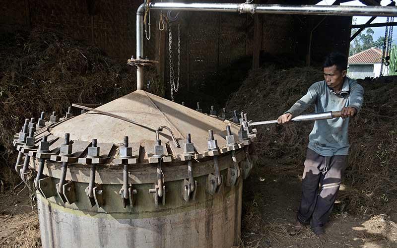 Pekerja menyelesaikan proses penyulingan akar wangi menjadi minyak di Samarang, Kabupaten Garut, Jawa Barat, Kamis (19/11/2020). Proses produksi minyak akar wangi (Vetiver Oil) itu mampu menghasilkan lima kg per hari dengan harga jual Rp3 juta - Rp4 juta per kilo gram dan didistribusikan ke berbagai daerah seperti Surabaya, Jakarta dan Bandung untuk bahan baku kesehatan. ANTARA FOTO/Candra Yanuarsyah