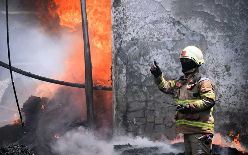 Petugas pemadam kebakaran berusaha memadamkan api yang menghanguskan pabrik kasur di Cibeureum, Cimahi, Jawa Barat, Kamis (19/11/2020). Kebakaran tersebut masih dalam penyelidikan pihak berwajib. ANTARA FOTO/Raisan Al Farisi