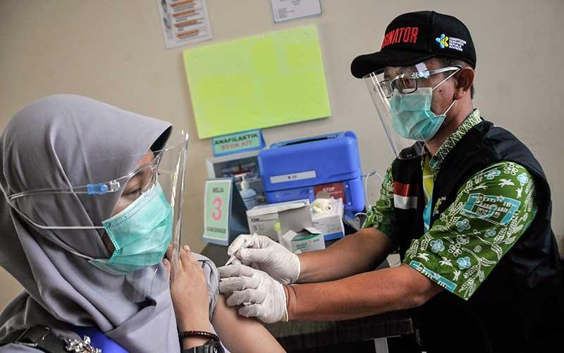 Petugas medis (kanan) menyimulasikan pemberian vaksin Covid-19 di Puskesmas Cikarang, Kabupaten Bekasi, Jawa Barat, Kamis (19/11/2020). Simulasi vaksinasi Covid-19 tersebut merupakan bagian dari upaya pemerintah menyampaikan sosialisasi tentang vaksin Covid-19 yang saat ini masih dalam tahap uji klinis. ANTARA FOTO/Fakhri Hermansyah