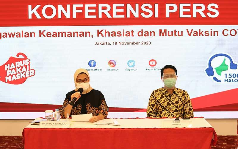 Kepala BPOM Penny K Lukito (kiri) didampingi Kepala Ikatan Dokter Indonesia (IDI) Daeng (kanan) memberikan keterangan pers terkait pengawalan keamanan vaksin Covid-19 di Jakarta, Kamis (19/11/2020). Untuk memastikan pemenuhan persyaratan khasiat dan keamanan vaksin Covid-19, BPOM terus melakukan pengawalan pelaksanaan uji klinik, mulai dari percepatan proses evaluasi dalam rangka pemberian Persetujuan Protokol Uji Klinik (PPUK) hingga pelaksanaan inspeksi untuk memastikan pelaksanaan uji klinik sesuai dengan protokol yang disetujui dan ketentuan pelaksanaan Cara Uji Klinik yang Baik (CUKB) atau Good Clinical Practice. ANTARA FOTO/Rivan Awal Lingga