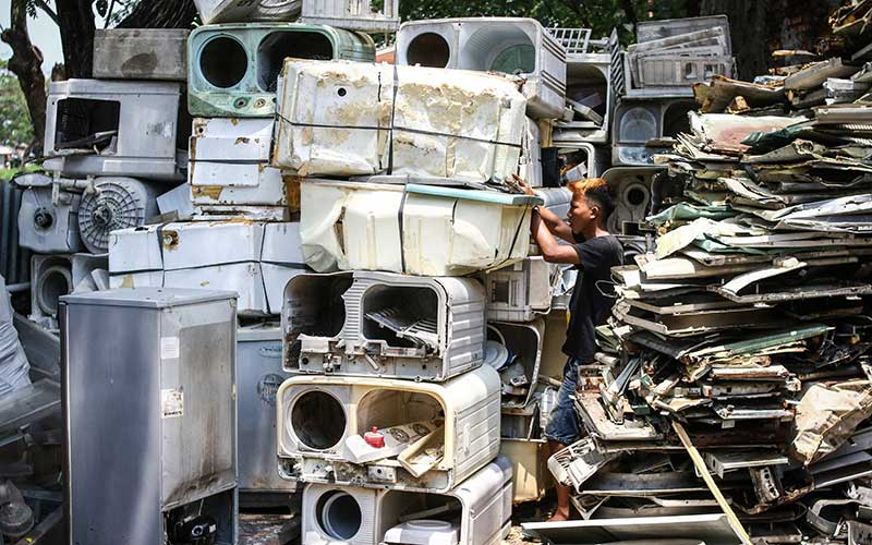 Pekerja memilih barang bekas di tempat pengepulan sampah elektronik di Jakarta, Kamis (19/11/2020). Dinas Lingkungan Hidup (DLH) DKI Jakarta mengatakan jumlah limbah elektronik pada periode Februari sampai dengan Oktober 2020 mencapai 22 ton atau sebanyak 22.683 kilogram. ANTARA FOTO/Rivan Awal Lingga