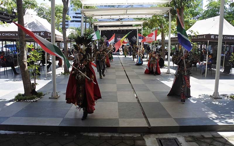 "Model mengenakan pelindung wajah saat mengikuti virtual World Kids Carnival (WKC) 2020 di Jember, Jawa Timur, Minggu (22/11/2020). WKC tersebut diikuti 13 negara di lima benua, yang digelar secara luring dan daring di masa pandemi Covid-19, sambil membawa pesan perdamaian, kreativitas, dan keselamatan dalam satu tema ""We Are All One"". ANTARA FOTO/Seno"