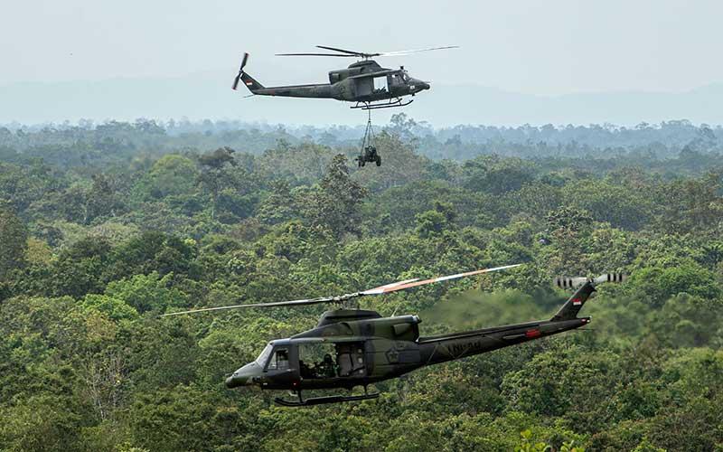 Helikopter Bell 412 TNI AD menyuplai meriam 76 Armed saat Latihan Antar Kecabangan TNI AD Kartika Yudha Tahun 2020 di Pusat Latihan Tempur (Puslatpur) TNI AD, Baturaja, Ogan Komering Ulu (OKU), Sumatera Selatan, Minggu (22/11/2020).  Latihan Antar Kecabangan TNI AD  tersebut diikuti 3.123 prajurit yang tergabung dalam Brigade Tim Pertempuran (BTP) dengan misi untuk menghancurkan ancaman agresi negara asing atau negara agresor. ANTARA FOTO/Nova Wahyudi