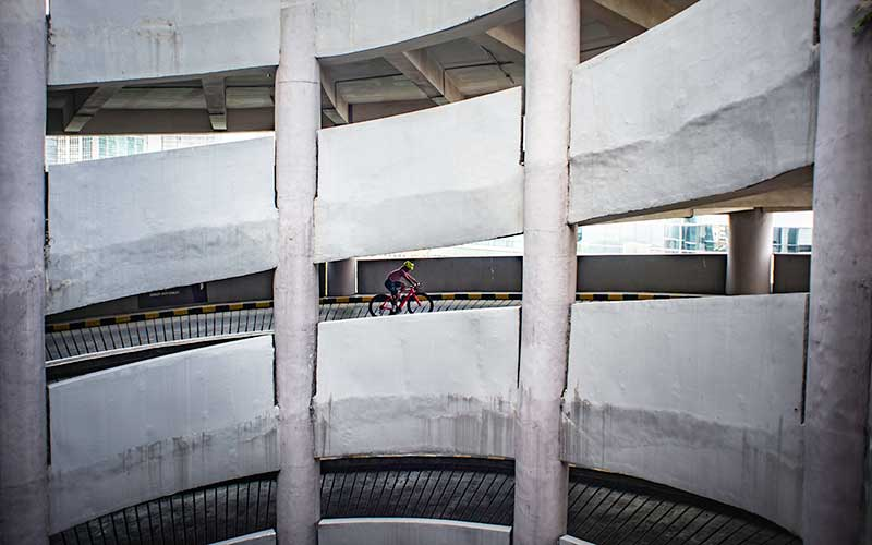 Warga mengayuh sepedanya di jalan spiral menuju gedung parkir di sebuah pusat perbelanjaan, Jakarta, Minggu (22/10/2020). Selain untuk meningkatkan kebugaran dan imunitas tubuh di tengah pandemi Covid-19, kegiatan tersebut juga bertujuan untuk meningkatkan animo masyarakat berkunjung ke pusat perbelanjaan. ANTARA FOTO/Aprillio Akbar