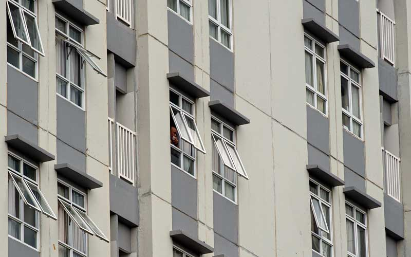 Pasien mengintip suasana luar gedung dari balik jendela ruang perawatan di Rumah Sakit Darurat Covid-19 Wisma Atlet Kemayoran, Jakarta, Senin (23/11/2020). Berdasarkan data Satgas Penanganan Covid-19 per Senin (23/11), jumlah kasus Covid-19 di Indonesia bertambah sebanyak 4.442 orang menjadi 502.110 orang, sementara jumlah pasien sembuh bertambah 4.198 orang menjadi 422.386 orang. ANTARA FOTO/Aditya Pradana Putra