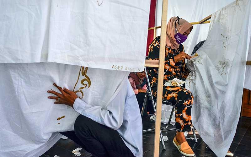 Peserta mengikuti pelatihan batik tulis dan cap motif Ciamisan di Aula Dekopinda, Imbanagara, Kabupaten Ciamis, Jawa Barat, Selasa (24/11/2020). Pelatihan yang diikuti 25 pelaku Usaha Mikro Kecil dan Menengah (UMKM)  itu untuk meningkatkan pengetahuan, keterampilan dan keahlian membatik sehingga dapat meningkatkan kualitas produk yang memiliki daya saing. ANTARA FOTO/Adeng Bustomi