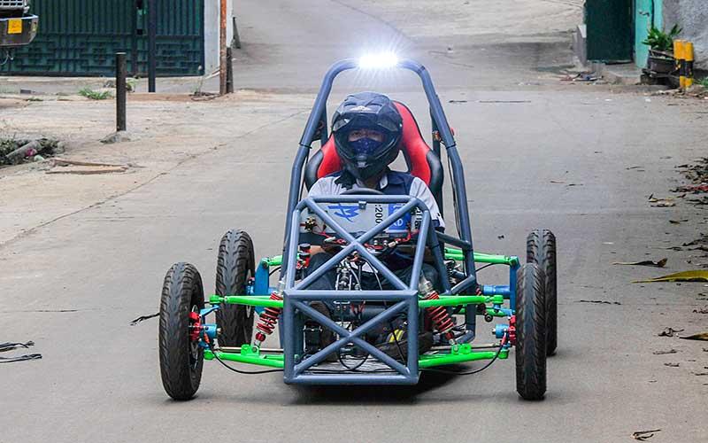 Teknisi menyelesaikan produksi mobil listrik di bengkel Petrikbike, Jatiranggon, Bekasi, Jawa Barat, Selasa (24/11/2020). Mobil listrik yang memiliki daya jelajak hingga 20 km dengan maksimal pengisian lima jam itu dijual Rp45 juta- Rp150 juta. ANTARA FOTO/ Fakhri Hermansyah