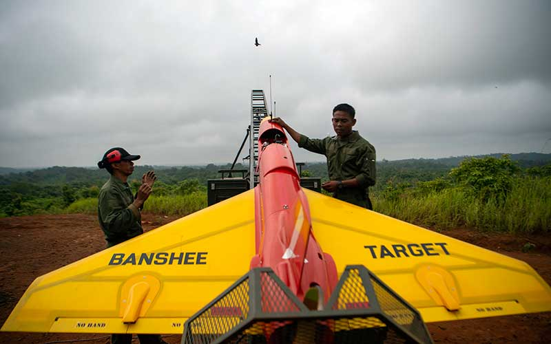 Prajurit TNI AD dari satuan Arhanud memeriksa drone Banshee Whirlwind yang diposisikan sebagai drone musuh saat Latihan Antar Kecabangan TNI AD Kartika Yudha Tahun 2020 di Pusat Latihan Tempur (Puslatpur) TNI AD, Baturaja Timur, Ogan Komering Ulu (OKU), Sumatera Selatan, Selasa (24/11/2020). ANTARA FOTO/Nova Wahyudi