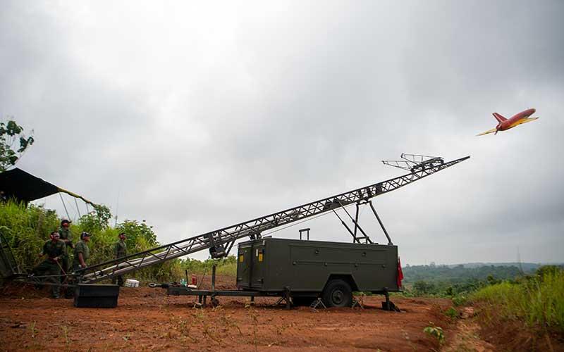 Prajurit TNI AD dari satuan Arhanud menerbangkan drone Banshee Whirlwind yang diposisikan sebagai drone musuh saat Latihan Antar Kecabangan TNI AD Kartika Yudha Tahun 2020 di Pusat Latihan Tempur (Puslatpur) TNI AD, Baturaja Timur, Ogan Komering Ulu (OKU), Sumatera Selatan, Selasa (24/11/2020). ANTARA FOTO/Nova Wahyudi