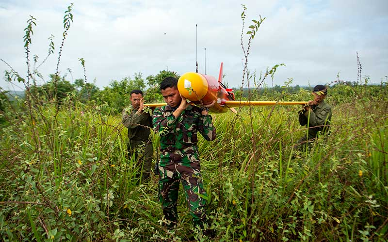 Prajurit TNI AD dari satuan Arhanud memanggul drone Banshee Whirlwind yang diposisikan sebagai drone musuh usai melakukan pendaratan saat Latihan Antar Kecabangan TNI AD Kartika Yudha Tahun 2020 di Pusat Latihan Tempur (Puslatpur) TNI AD, Baturaja Timur, Ogan Komering Ulu (OKU), Sumatera Selatan, Selasa (24/11/2020). ANTARA FOTO/Nova Wahyudi