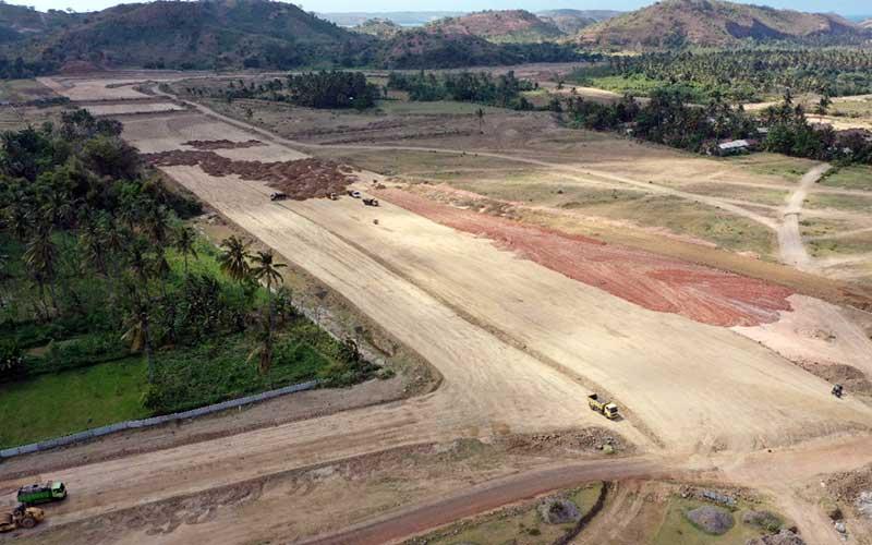 Foto udara progres pembangunan jalan yang dikerjakan oleh PT PP (Persero) Tbk. di KEK Mandalika, NTB, Rabu (25/11/2020). PT PP (Persero) terus mengebut penyelesaian pembangunan  Jalan Kawasan Ekonomi Khusus (KEK) Mandalika yang akan digunakan untuk penyelenggaraan  Moto GP  Indonesia pada tahun 2021 mendatang. Pembangunan Jalan KEK Mandalika dengan panjang lintasan 4,31 kilometer yangmemiliki 17 tikungan tersebut diharapkan dapat menjadi pesaing utama pegelaran balap Moto GP di Buriram United International Circuit (BRIC) di Thailand. Bisnis