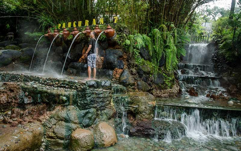 Pengunjung menikmati suasana pemandian air panas di Sari Ater Resort, Ciater, Kabupaten Subang, Jawa Barat, Rabu (25/11/2020). Pemerintah Jawa Barat bersama PTPN VIII akan mengembangkan proyek kawasan Ciater Agrotourism sebagai bagian proyek investasi pendukung kawasan Rebana di Jawa Barat yang mengandalkan potensi ekowisata seperti hamparan kebun teh, pemandian air panas, paralayang dan wisata air terjun. ANTARA FOTO/Novrian Arbi
