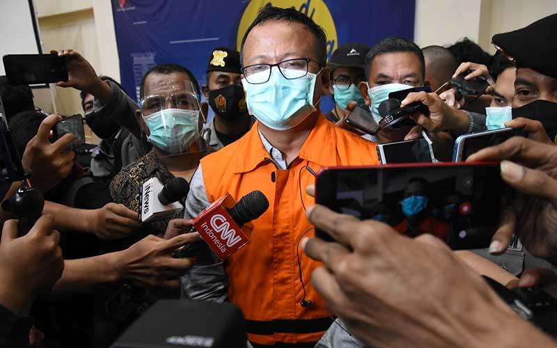 Menteri Kelautan dan Perikanan Edhy Prabowo (tengah) menjawab pertanyaan wartawan usai konferensi pers penetapan tersangka kasus dugaan korupsi ekspor benih lobster di Gedung KPK, Jakarta, Kamis (26/11/2020) dini hari. KPK menetapkan tujuh tersangka dalam kasus korupsi tersebut, salah satunya yakni Menteri Kelautan dan Perikanan Edhy Prabowo. ANTARA FOTO/Indrianto Eko Suwarso