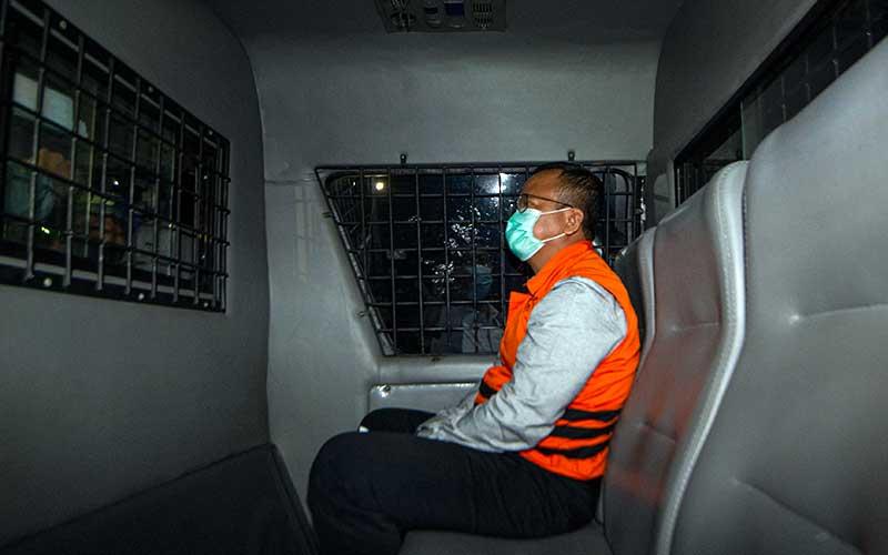 Menteri Kelautan dan Perikanan Edhy Prabowo berada di dalam mobil tahanan usai menjalani pemeriksaan terkait kasus dugaan korupsi ekspor benih lobster di Gedung KPK, Jakarta, Kamis (26/11/2020) dini hari. KPK menetapkan tujuh tersangka dalam kasus dugaan korupsi tersebut, salah satunya yakni Menteri Kelautan dan Perikanan Edhy Prabowo.  ANTARA FOTO/Aditya Pradana Putra