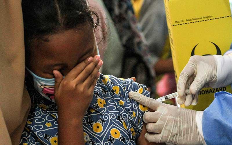 Petugas kesehatan menyuntikan  vaksin Rubella kepada seorang siswa di SDN Pangkalan Jati 2, Depok, Jawa Barat, Kamis (26/11/2020). Dinas Kesehatan Kota Depok mulai melaksanakan Bulan Imunisasi Anak Sekolah (BIAS) dengan memberikan vaksin Rubella dan Difteri Tetanus guna meningkatkan kesehatan serta mencegah berbagai penyakit. ANTARA FOTO/Asprilla Dwi Adha