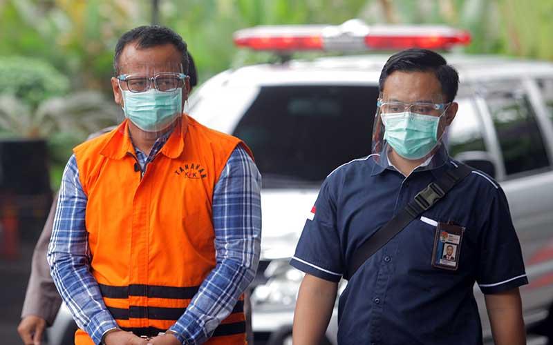 Menteri Kelautan dan Perikanan Edhy Prabowo (kiri) bersiap menjalani pemeriksaan perdana sebagai tersangka  di Gedung Komisi Pemberantasan Korupsi (KPK), di Jakarta, Kamis (26/11/2020). KPK sebelumnya menetapkan tujuh tersangka dalam kasus dugaan suap terkait perizinan tambak, usaha, dan atau pengelolaan perikanan atau komoditas perairan sejenis lainnya tahun 2020. ANTARA FOTO/ Reno Esnir