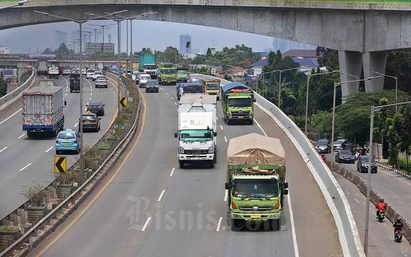 Truk sarat muatan atau over dimension over load (ODOL) melintas di jalan Tol Lingkar Luar di Jakarta, Kamis (26/11/2020).  Badan Pengatur Jalan Tol (BPJT) Kementerian Pekerjaan Umum dan Perumahan Rakyat menyatakan sudah mengupayakan untuk antisipasi masuknya truk kelebihan ukuran dan beban ke jalan bebas hambatan, Kepala Bagian Umum BPJT Mahbullah Nurdin menjelaskan salah satu fasilitas pendukung antisipasi truk over dimension over load (ODOL) adalah dengan memasang alat pengukur beban atau Weight In Motion (WIM) di sejumlah gerbang tol. Bisnis/Eusebio Chrysnamurti