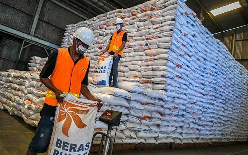 Pekerja memanggul karung beras di Gudang Perum Bulog Divre DKI Jakarta dan Banten, Kelapa Gading, Jakarta, Kamis (26/11/2020). Menteri Pertanian Syharul Yasin Limpo mengatakan ketersediaan pangan khususnya beras dalam kondisi aman, tersedia pasokan beras sebanyak tujuh juta ton untuk konsumsi hingga awal tahun 2021. ANTARA FOTO/Galih Pradipta