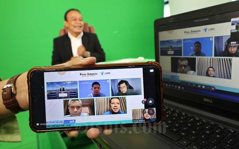 """Tampilan layar memperlihatkan narasumber Chief Executive Officer Mandiri Capital Indonesia Eddi Danusaputro (kiri bawah), CEO & Founder Kebab Turki Baba Rafi Hendy Setion (kanan bawah), Founder Layaria & CMOKratoon Studios Dennis Adishwara (kanan atas), Senior Professional Service Consultant LARK Suryanto Lee (tengah atas) dan Direktur Bisnis Indonesia Chamdan Purwoko (kiri atas) saat webinar yang bertema """"Strategi Melihat Potential Market di Masa Krisis"""" di Jakarta, Kamis (26/11/2020). Bisnis/Eusebio Chrysnamurti"""