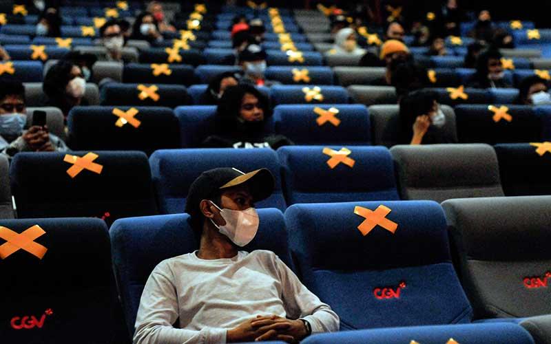 Sejumlah penonton menyaksikan konser musik band Jendral Kantjil, di bioskop Bekasi, Jawa Barat, Jumat (27/11/2020). Konser musik band Jendral Kantjil di bioskop dengan menerapkan protokol kesehatan merupakan alternatif hiburan saat pandemi Covid-19. ANTARA FOTO/ Fakhri Hermansyah