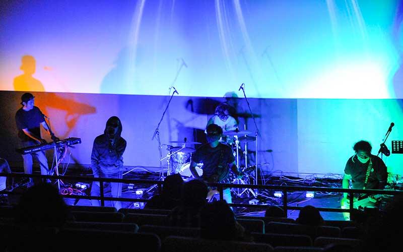 Grup band Jendral Kantjil tampil saat konser di bioskop Bekasi, Jawa Barat, Jumat (27/11/2020). Konser musik band Jendral Kantjil di bioskop dengan menerapkan protokol kesehatan merupakan alternatif hiburan saat pandemi Covid-19. ANTARA FOTO/ Fakhri Hermansyah