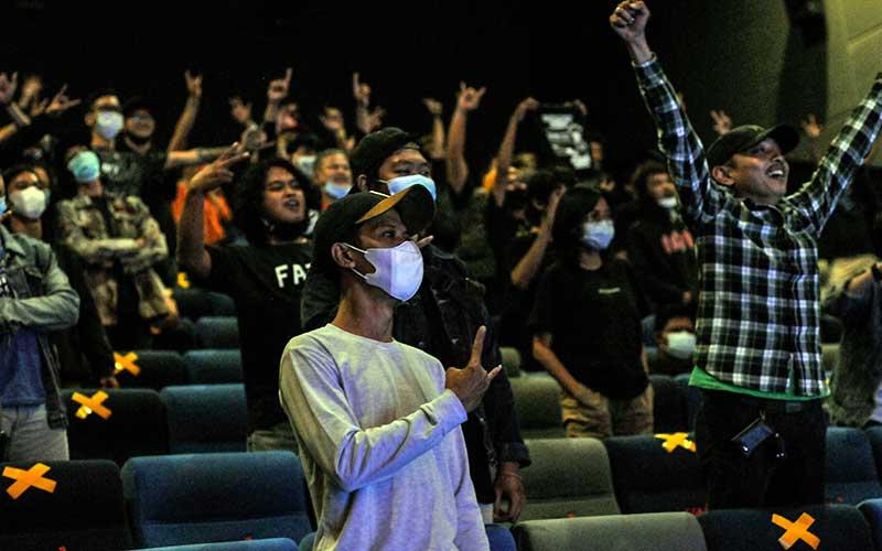 Sejumlah penonton berfoto bersama usai menyaksikan konser musik di Bioskop Bekasi, Jawa Barat, Jumat (27/11/2020). Konser musik band Jendral Kantjil di bioskop dengan menerapkan protokol kesehatan merupakan alternatif hiburan saat pandemi Covid-19. ANTARA FOTO/ Fakhri Hermansyah