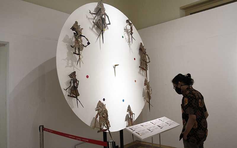 Pengunjung mengamati koleksi wayang saat pameran Jayengtilam di Museum Sonobodoyo, Yogyakarta, Senin (30/11/2020).  Pameran ini digelar untuk mengangkat kembali kejayaan tradisi lisan yang hidup di masyarakat agar menjadi identitas lokal, berlangsung hingga 30 Desember 2020. ANTARA FOTO/Hendra Nurdiyansyah