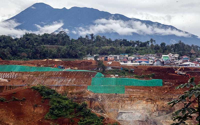 Suasana pembangunan bendungan Ciawi dan Sukamahi di Cipayung, Megamendung, Kabupaten Bogor, Jawa Barat, Senin (30/11/2020). Kementerian PUPR mengatakan pembangunan Bendungan Ciawi-Sukamahi di Kabupaten Bogor, Jawa Barat sudah mencapai 60 persen, dan bendungan yang merupakan bagian dari rencana induk pengendalian banjir di Jakarta itu baru bisa digunakan pada akhir 2022 mendatang. ANTARA FOTO/Yulius Satria Wijaya