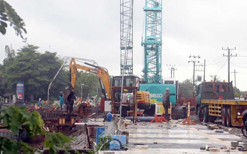 Alat berat bekerja diproyek pelebaran jalan di, Makassar, Sulawesi Selatan, Selasa (1/12/2020). Pemerintah Provinsi Sulawesi Selatan menargetkan realisasi anggaran pada triwulan pertama 2021 bisa mencapai 25 persen. Target tersebut sebagai salah satu fondasi untuk menjaga stabilitas perekonomian daerah. Bisnis/Paulus Tandi Bone