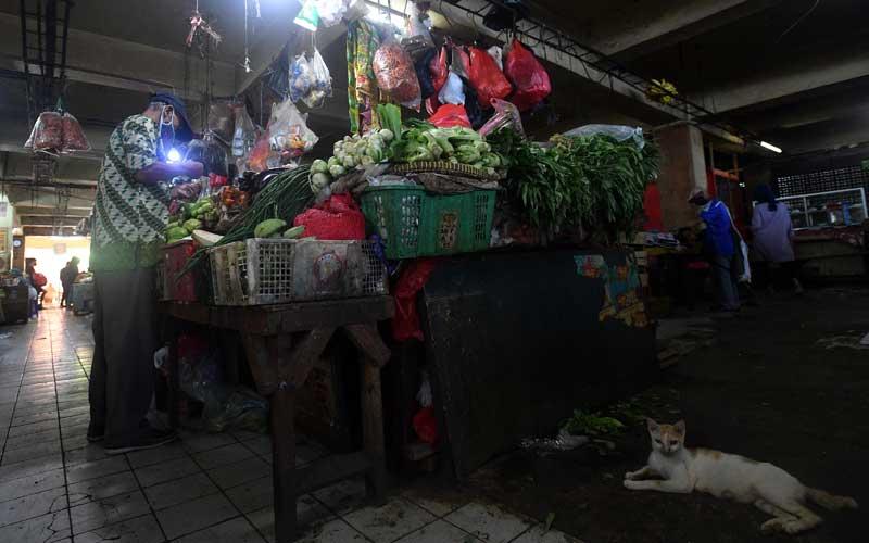 Warga berbelanja sayuran di Pasar Minggu, Jakarta Selatan, Selasa (1/12/2020). Badan Pusat Statistik mencatat kenaikan harga sejumlah pangan telah memicu terjadinya inflasi pada November 2020 sebesar 0,28 persen. ANTARA FOTO/Sigid Kurniawan