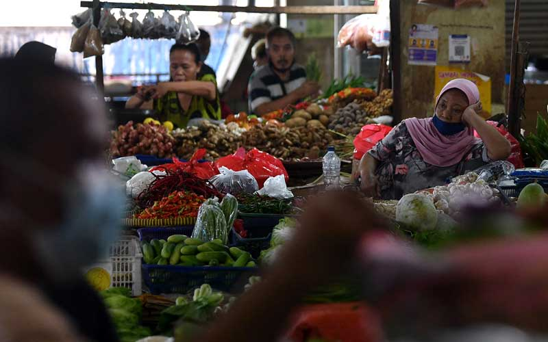 Pedagang menunggu calon pembeli di Pasar Minggu, Jakarta Selatan, Selasa (1/12/2020). Badan Pusat Statistik mencatat kenaikan harga sejumlah pangan telah memicu terjadinya inflasi pada November 2020 sebesar 0,28 persen. ANTARA FOTO/Sigid Kurniawan