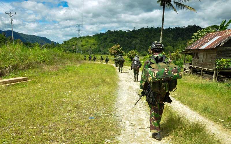 Sejumlah prajurit TNI AD melakukan penyisiran untuk memburu kelompok Mujahidin Indonesia Timur (MIT),  di Desa Lembangtongoa, Kabupaten Sigi, Sulawesi Tengah, Selassa (1/12/2020). Penyisiran itu dilakukan pascaterbunuhnya empat warga di desa tersebut pada Jumat (27/11/2020) lalu yang diduga dilakukan oleh kelompok MIT Poso pimpinan Ali Kalora. ANTARA FOTO/Eddy Djunaedi