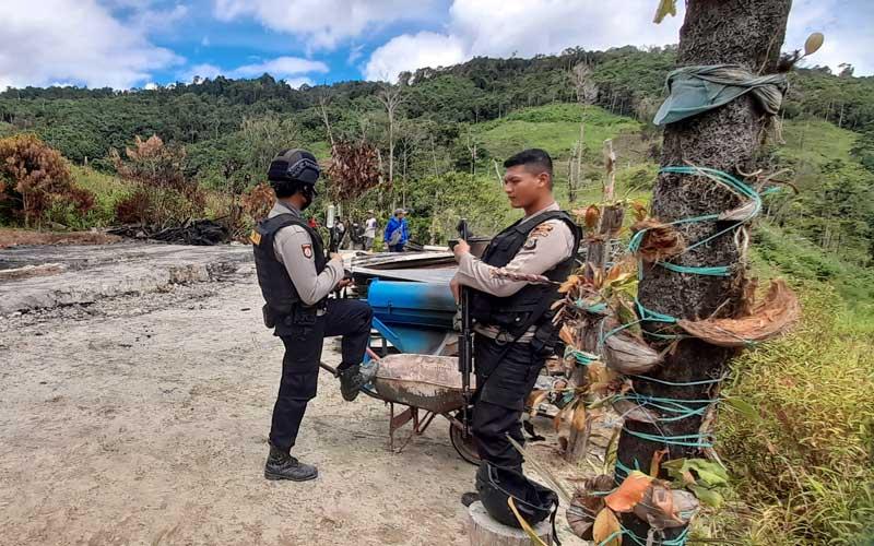 Sejumlah polisi melakukan pengamanan disekitar perkampungan warga yang menjadi lokasi penyerangan yang diduga dilakukan kelompok teroris Mujahidin Indonesia Timur (MIT) pimpinan Ali Kalora, di Dusun Lewonu, Desa Lemban Tongoa, Kabupaten Sigi, Sulawesi Tengah, Selasa (1/12/2020). Serangan yang terjadi pada Jumat (27/11/2020) itu menewaskan empat warga dan hingga kini aparat TNI dan Polri yang tergabung dalam Satgas Tinombala terus berupaya melakukan pengejaran untuk menangkap para pelaku. ANTARA FOTO/Rahman