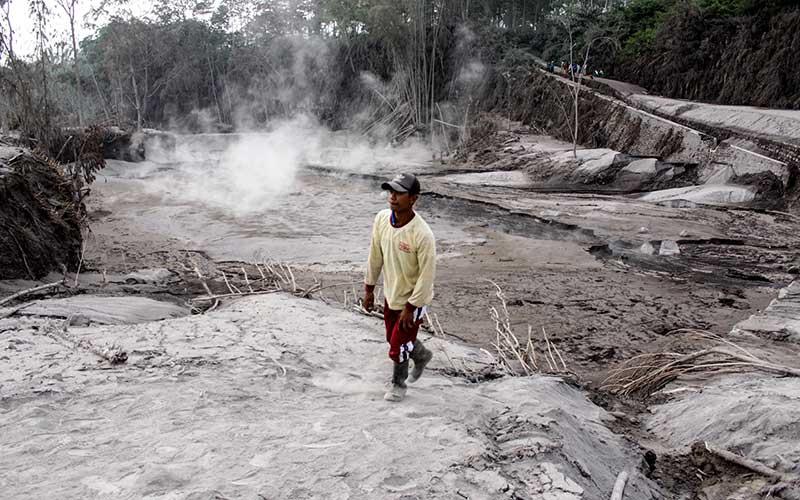 Warga melihat jalur lahar panas Gunung Semeru di kawasan Pronojiwo, Lumajang, Jawa Timur, Rabu (2/12/2020). Gunung Semeru mengalami erupsi yang menyebabkan awan panas letusan meluncur ke arah Curah Besuk Kobokan sepanjang 11 kilometer dengan durasi kemunculan awan panas selama tiga jam serta status level II atau waspada. ANTARA FOTO/Umarul Faruq
