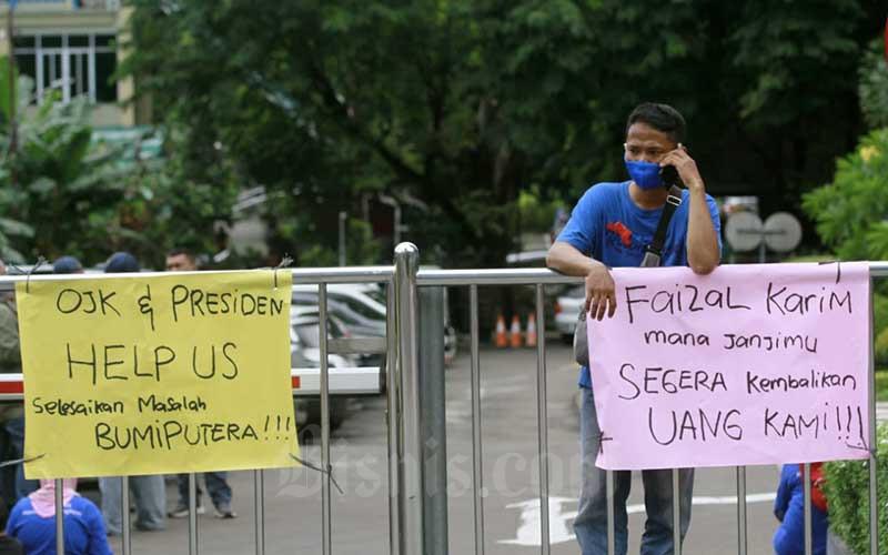 Nasabah menggelar aksi unjuk rasa di halaman kantor AJB Bumiputera 1912 di Jakarta, Kamis (3/12/2020). Nasabah korban gagal bayar Asuransi Jiwa Bersama (AJB) Bumiputera 1912 menggelar unjuk rasa guna menuntut pencairan klaim kepada perusahaan. Seperti diketahui, Bumiputera memiliki sekitar 4-5 juta pemegang polis dengan sekitar 365.000 polis yang telah jatuh tempo serta total tunggakan mencapai Rp10 triliun. Bisnis/Himawan L Nugraha