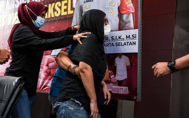 Mantan penyanyi cilik Ratna Fairuz Albar atau Iyut Bing Slamet (kanan) dihadirkan saat rilis kasus pengungkapan penyalahgunaan narkoba di Mapolres Jakarta Selatan, Jakarta, Sabtu (5/12/2020). Tim Reserse Narkoba Polres Metro Jakarta Selatan menangkap Iyut Bing Slamet di kediamannya terkait penyalahgunaan narkoba jenis sabu serta menyita barang bukti berupa alat isap sabu. ANTARA FOTO/Hafidz Mubarak A