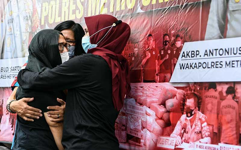 Mantan penyanyi cilik Ratna Fairuz Albar atau Iyut Bing Slamet (kiri) dihadirkan saat rilis kasus pengungkapan penyalahgunaan narkoba di Mapolres Jakarta Selatan, Jakarta, Sabtu (5/12/2020). Tim Reserse Narkoba Polres Metro Jakarta Selatan menangkap Iyut Bing Slamet di kediamannya terkait penyalahgunaan narkoba jenis sabu serta menyita barang bukti berupa alat isap sabu. ANTARA FOTO/Hafidz Mubarak A