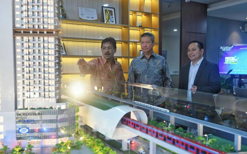 Direktur Utama PT Urban Jakarta Propertindo Tbk. (URBN) Bambang Sumargono (dari kiri), President Komisaris Yongky Widjaya, dan Direktur Firdaus Fahmi berbincang seusai pembukaan Marketing Gallery project Urban Suites di Bekasi, Sabtu (5/12/2020). Bisnis/Abdurachman