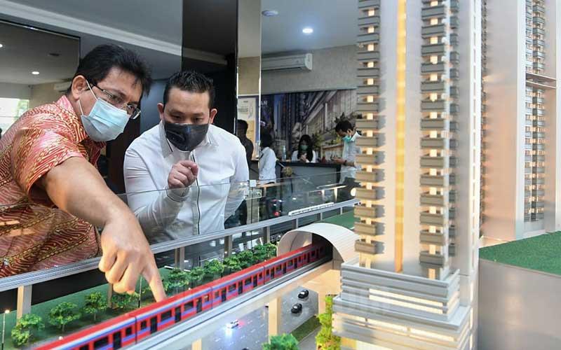 Direktur Utama PT Urban Jakarta Propertindo Tbk. (URBN) Bambang Sumargono (kiri) menunjukan maket proyek pembangunan Urban Suites kepada pengunjung seusai pembukaan Marketing Gallery project Urban Suites di Bekasi, Sabtu (5/12/2020). Proyek yang berlokasi di Jatibening ini berdiri di atas lahan seluas 1,4 hektar dengan total nilai investasi sebesar 2,5 triluin rupiah. Pada tahap awal Urban Suites mempunyai 2 tower yakni tower Urbain dan tower Shelton. Salah satu keunggulan yang bisa didapatkan konsumen dengan memiliki hunian di Urban Suites yaitu mengusung konsep transit oriented development (TOD) yang terhubung langsung dengan LRT. Bisnis/Abdurachman