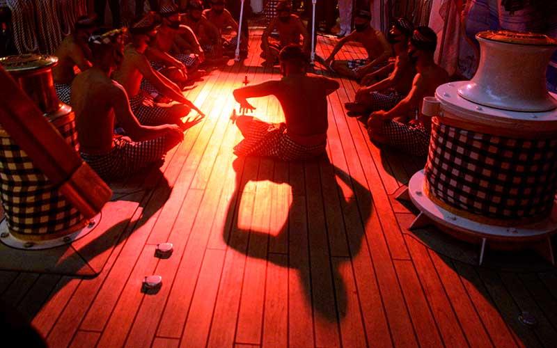 Taruna AAL tingkat III angkatan ke-67 menampilkan tari kecak kolaborasi sendratari Ramayana dan Sinta di atas KRI Bima Suci-945 yang sandar di Dermaga Lantamal XIV Sorong, Papua Barat, Sabtu (5/12/2020) malam. Pertunjukan seni Satuan Latihan  Kartika Jala Krida (KJK) 2020 yang didukung Satgas Operasi Bima Suci tersebut bertujuan guna memperkenalkan dan melestarikan seni budaya dari sejumlah daerah di Indonesia seperti tari saman, kecak, perang khas Papua dan rempak gendang. ANTARA FOTO/Abriawan Abhe